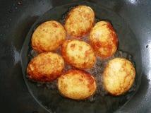 Los huevos hervidos fritos para el cocinero Kai miran la comida tailandesa del koey Imagen de archivo libre de regalías