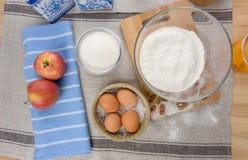 Los huevos, leche, azúcar, flour la visión superior Fotos de archivo