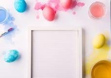 Los huevos pintados ponen completamente en un fondo blanco Composición de Pascua y de la primavera Copie el espacio imágenes de archivo libres de regalías