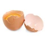 Los huevos rompieron el aislamiento contra un fondo blanco imagen de archivo libre de regalías