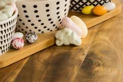 Los huevos y el animal de caramelo de Pascua formaron las melcochas en surfa de madera Imagen de archivo libre de regalías