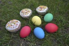 Los huevos y Pascua se apelmaza en la hierba Imagen de archivo libre de regalías
