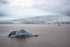 Los icebergs flotan en la laguna glacial de Fjallsarlon en Islandia Imagen de archivo libre de regalías