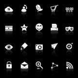 Los iconos útiles de Internet con reflejan en fondo negro Imagen de archivo libre de regalías
