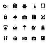 Los iconos caseros del almacenamiento con reflejan en el fondo blanco Imagen de archivo