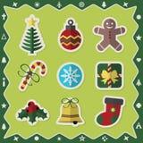 Los iconos coloridos planos de las etiquetas engomadas de la Navidad fijaron en fondo verde Foto de archivo libre de regalías
