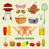 Los iconos de la barbacoa y de la comida campestre del verano fijaron en fondo ligero Fotografía de archivo