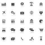 Los iconos de la economía con reflejan en el fondo blanco ilustración del vector