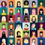 Los iconos de la gente fijaron en estilo plano con las caras de mujeres Fotografía de archivo libre de regalías