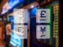 Los iconos de la moneda en cabina del intercambio de moneda en el aeropuerto empañaron al CCB Imagen de archivo
