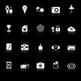 Los iconos de la muestra del seguro con reflejan en fondo negro Foto de archivo libre de regalías