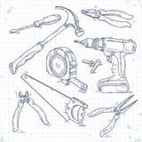 Los iconos del bosquejo de la mano fijaron de herramientas de la carpintería, de una sierra, de alicates, del destornillador y de stock de ilustración