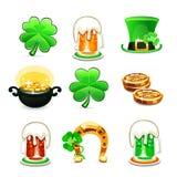 Los iconos del día de St Patrick fijados en el fondo blanco Imagenes de archivo