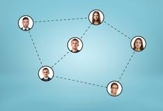 Los iconos sociales de la red conectaron por las líneas de puntos en fondo azul Imágenes de archivo libres de regalías