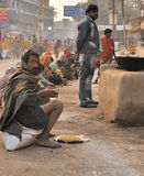 Los indios comen en una cocina de la calle en Varanasi Fotos de archivo libres de regalías