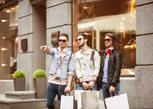 Los individuos jovenes de la moda van a hacer compras Fotografía de archivo