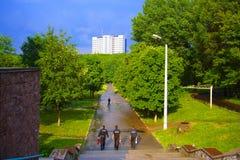 Los individuos recorren hacia el edificio foto de archivo