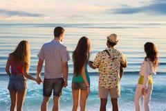 Los individuos y las muchachas admiran la vista del mar Imagenes de archivo