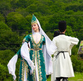 Los individuos y los bailarines de las muchachas en Adyghe tradicional se visten Imagenes de archivo