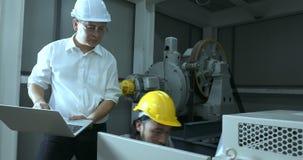 Los ingenieros comprueban el sistema eléctrico en industria