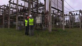 Los ingenieros eléctricos toman a inspección la condición técnica de la subestación metrajes