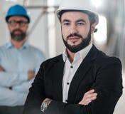 Los ingenieros en cascos de protección tienen conversación fotos de archivo libres de regalías