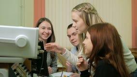 Los ingenieros jovenes del estudiante combinan el trabajo en la universidad del laboratorio eléctrico Aconsejan y prueban el osci almacen de metraje de vídeo