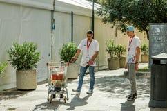 Los ingenieros, promotores prueban su invención - productos de la carretilla del supermercado que conduce el robot sí mismo Foto de archivo