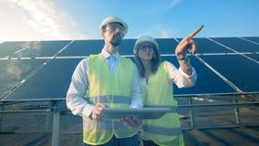 Los ingenieros solares elaboran en un tejado, cierre almacen de video