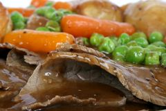Los ingleses tradicionales asan con el pudín de Yorkshire y el veg del verano Fotografía de archivo