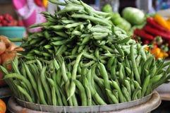 Los ingredientes asiáticos básicos arrastran habas verdes del mercado foto de archivo