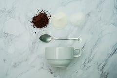 Los ingredientes calientes explicados del ratio del café se mezclan en el fondo de mármol imagenes de archivo