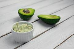 Los ingredientes de los productos naturales del cuidado de piel para friegan la máscara del cuerpo: Aguacate, café, coco, aceite foto de archivo