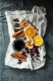 Los ingredientes naturales para el hogar hecho reflexionaron sobre el vino para la Navidad fotografía de archivo
