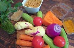 Los ingredientes para el cuscús vegetariano marroquí imagenes de archivo