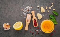 Los ingredientes para el pesto hecho en casa sauce la albahaca, queso parmesano Foto de archivo libre de regalías