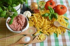 Los ingredientes para hacen las pastas boloñés Imagenes de archivo