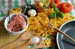 Los ingredientes para hacen las pastas boloñés Imagen de archivo libre de regalías