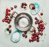 Los ingredientes para la cereza dulce preservan, atascan o gelatinan la fabricación, alrededor del pote de cocinar vacío, de la v Imágenes de archivo libres de regalías