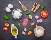 Los ingredientes para la pizza hecha en casa con albahaca dulce de los ingredientes Fotografía de archivo