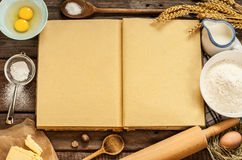 Los ingredientes rurales de la torta de la hornada de la cocina y el cocinero en blanco reservan