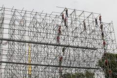 Los instaladores están construyendo una estructura enorme del metal foto de archivo