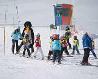 Los instructores del esquí estudian a esquiadores jovenes en escuela del esquí Estación de esquí adentro Imágenes de archivo libres de regalías