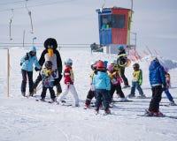 Los instructores del esquí estudian a esquiadores jovenes en escuela del esquí Estación de esquí en Austria, Zams el 22 de febrer Fotografía de archivo libre de regalías