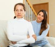 Los intentos adolescentes de la muchacha reconcilian con la madre en hogar Imagen de archivo libre de regalías