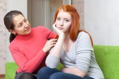Los intentos de la madre reconcilian con la hija adolescente Foto de archivo libre de regalías