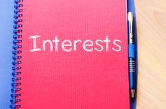 Los intereses escriben en el cuaderno Fotografía de archivo libre de regalías