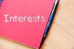 Los intereses escriben en el cuaderno Fotos de archivo