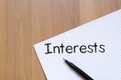Los intereses escriben en el cuaderno Foto de archivo libre de regalías
