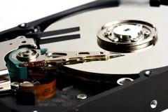 Los internals de la unidad de disco duro del sata del ordenador se cierran para arriba foto de archivo libre de regalías